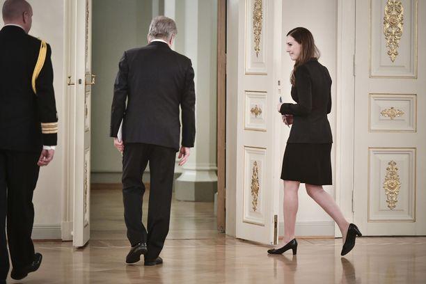 Kuva joulukuulta 2019, pääministeriksi noussut Marin siirtyy Presidentinlinnassa keskustelemaan presidentti Niinistön kanssa.