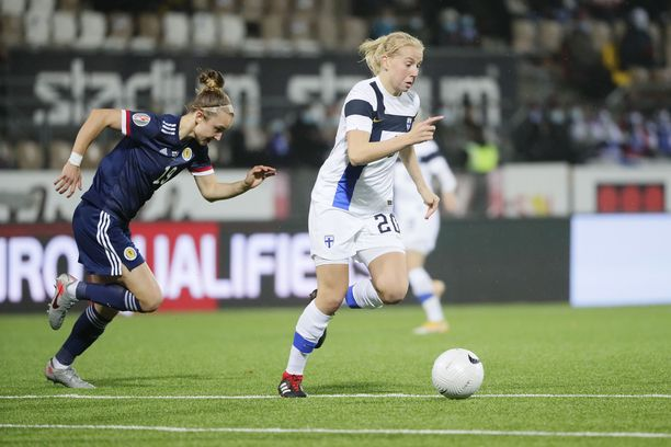 Suomen 1–0-maalin tehnyt Eveliina Summanen karkaa Skotlannin Martha Ellen Thomasilta.