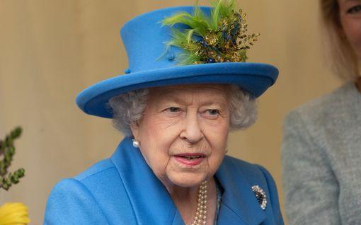 """Kuningatar viittaa joulupuheessaan prinssi Andrew'n kohuun: """"Tänä vuonna polulla on ollut erityisen paljon kuoppia"""""""