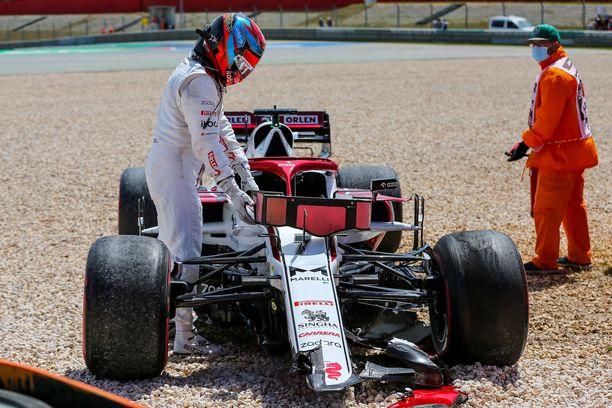 Kimi Räikkönen ajoi ulos Portugalin GP:n ensimmäisellä kierroksella.