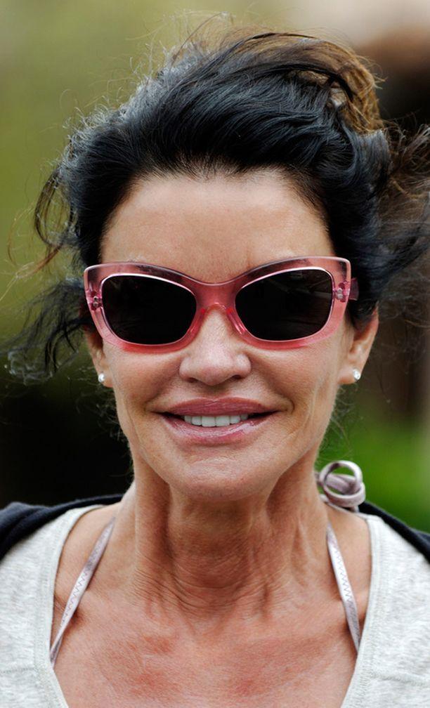 Tämän vuoden puolella otetuissa kuvissa Janice näyttää ikäiseltään.