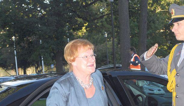 Presidentti Tarja Halonen hankki kuulolaitteen jo vuonna 2003. Nyt kävelyä haittaa luupiikki kantapäässä.