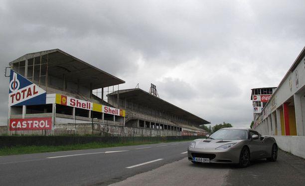 Reims-Gueux'n rataa on käytetty muun muassa autokuvauksiin. Kuvassa Lotus Evora -sporttitykki vuonna 2010.
