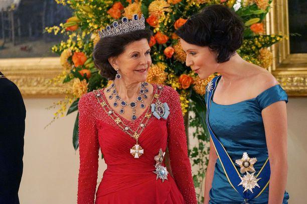 Kuningatar Silvian vierellä.