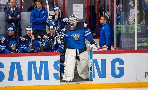 Kaapo Kähkönen vaihdettiin maaliin Kanada-ottelun toisessa erässä.