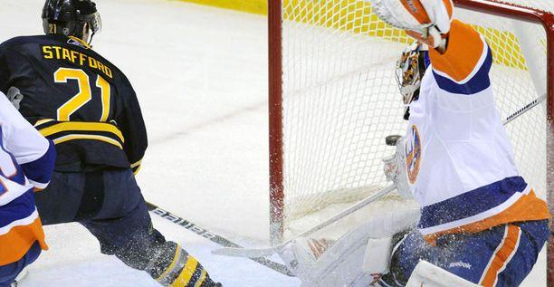 Mikko Koskinen yritti venyttää kiekon tielle Buffaloa vastaan.