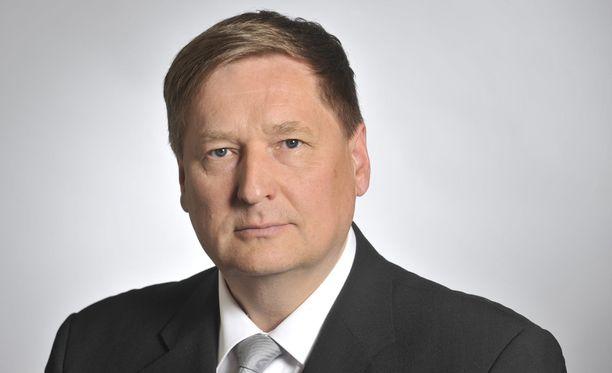 Markku Rossin (kesk) mukaan Postin johdon palkkiot ovat keskihintaisia