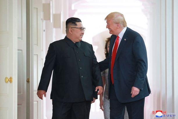 Kim ja Trump tapasivat Singaporessa tiistaina lämpimissä tunnelmissa.