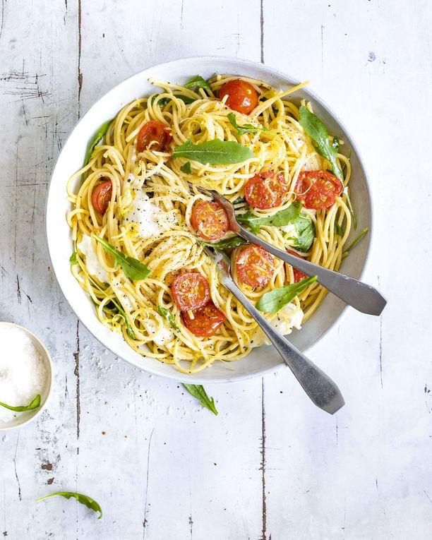 Paahdetut tomaatit sopivat pastan lisäksi esimerkiksi salaatteihin ja keittoihin. Paahtamalla tomaatin makeus nousee esiin.