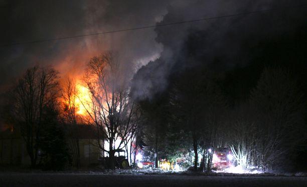 Pelastushenkilökunnan saapuessa paikalle oli palo jo levinnyt yläkerrasta alakertaan.