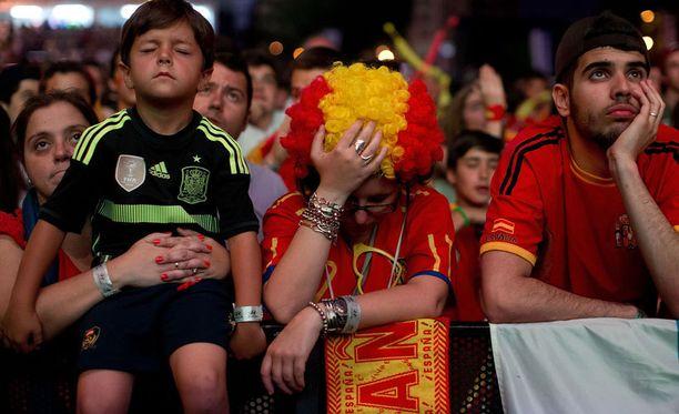 Espanjan fanien päät kallistuivat joukkueen Chile-tappion jälkeen.