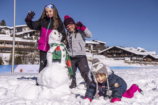 Päivisin on useita asteita lämmintä, joten suojalumesta syntyy vaikka lumiukko. Öisin pakkanen on useamman asteen pakkasella.