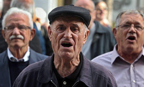 Eläkeläiset osoittivat joulukuussa mieltään työministeriön edessä Ateenassa. He vaativat hallitukselta eläkebonusten palauttamista.