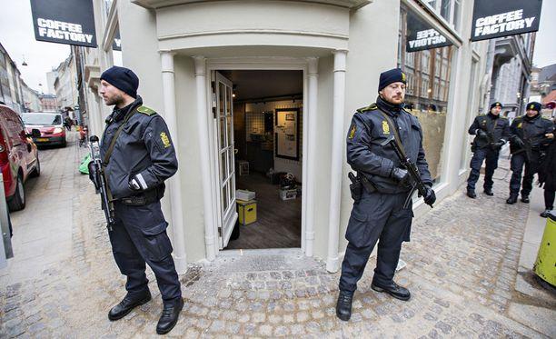 Rajavartiolaitos on saamassa oikeuden konepistoolien käyttöön. Kuvassa poliiseilla on Kööpenhaminassa kädessään konepistoolit.