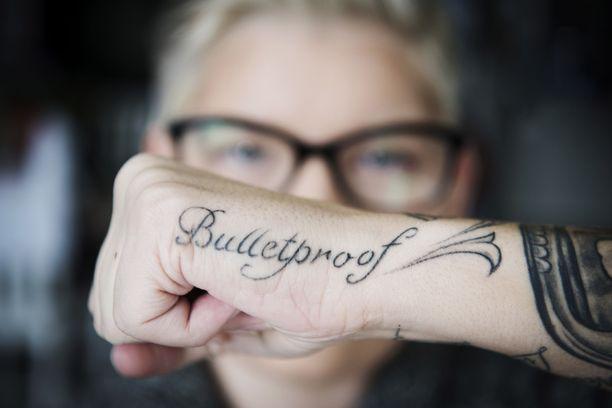 Heidi Foxellin tatuointi Bulletproof, luodinkestävä, muistuttaa, mistä kaikesta Foxell on selvinnyt.