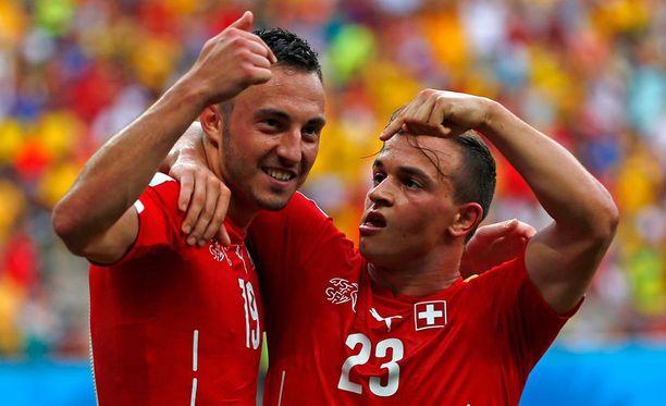 Josip Drmic (vas.) ja Xherdan Shaqiri juhlivat Sveitsin toista maalia.