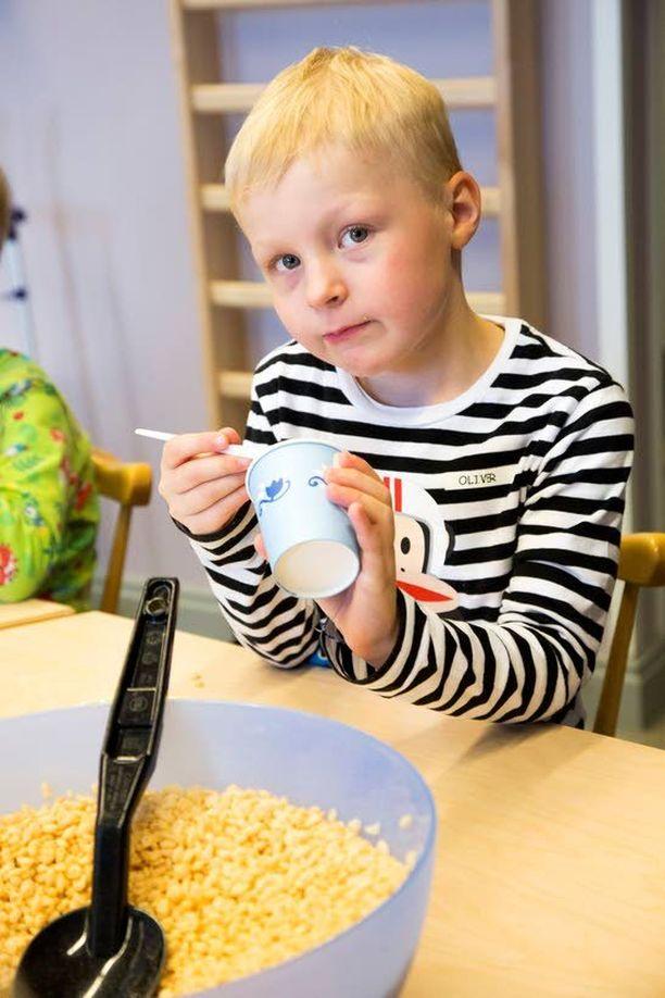 Oliver Hännisen, 5, mielestä murot maistuvat parhailta sellaisenaan.