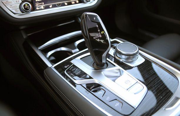 Ajotilat säädetään keskikonsolista ja näytön toimintoja pyöräkiekolla.
