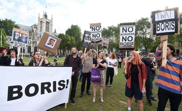 Britanniassa vaaditaan uutta EU-kansanäänestystä. Mielenosoittajia kerääntyi parlamenttitalon edustalle perjantaina.