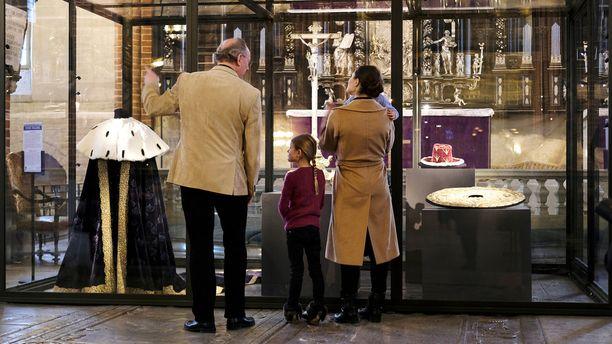 Muun muassa vitriinissä roikkunut kuningattaren viitta kiinnosti.
