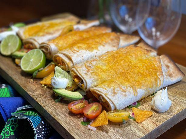 Kuka nappaa ensimmäisen enchiladaksen? Kannattaa valmistella ainakin kaksi kääröä jokaiselle ruokailijalle, nämä vievät kielen mennessään.