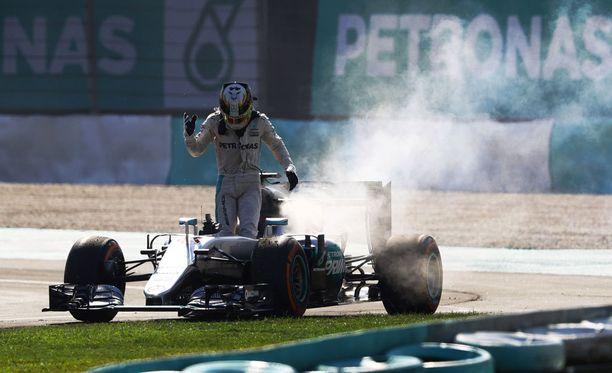 Lewis Hamilton oli turhautnut keskeytyksensä jälkeen.