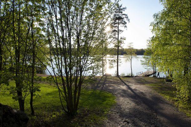 Pieni lapsi löydettiin menehtyneenä Särkijärven Lukonlahden rannasta Tampereella. Läheltä rantaa löytyivät myös tyhjät lastenvaunut.
