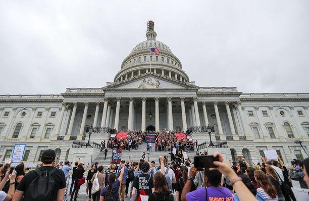 Mielenosoittajat vastustivat Kavanaugh'n nimitystä kongressin edessä.