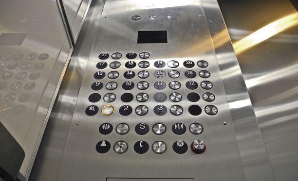 Tyypillinen hississä tapahtuva onnettomuus on sormen jääminen teräsoven väliin tai kompastuminen kynnykseen. Kuvituskuva.
