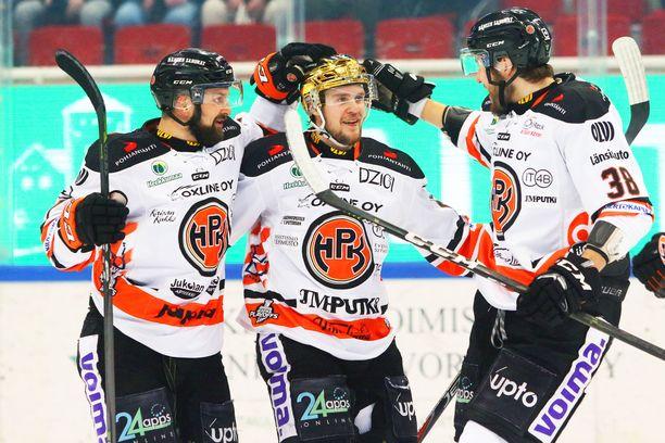 Otto Paajanen, Teemu Turunen ja Miro Karjalainen juhlivat HPK:n 1-0-maalia.
