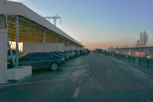 Ukrainan viranomaiset tarkastavat kaikki ylityspisteen kautta kulkevat ajoneuvot.