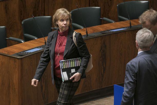 Hallituksen konkariministereihin kuuluva Anna-Maja Henriksson sanoo, että politiikka on muuttunut vuosien varrella entistä raaemmaksi.