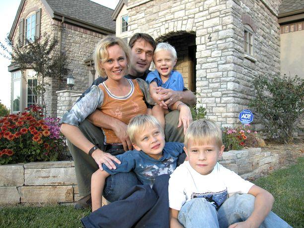 Sirpa ja Teemu Selänne lapsineen Yhdysvalloissa vuonna 2003. Selänteet sisustivat tuolloin uutta kotia.