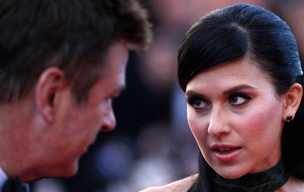 Alec Baldwin puolustaa vaimoaan kohun keskellä. Hän on kommentoinut asiaa julkisesti jo useamman kerran.