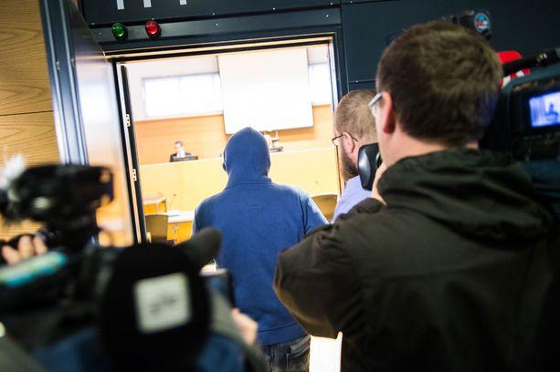 Töölön pyöräturmasta epäilty mies saapui maanantaina oikeussaliin huppuun tiukasti peitettynä.