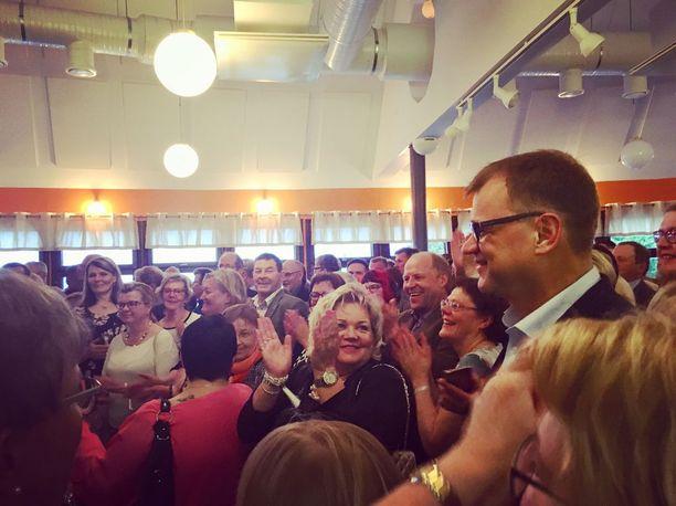 Juha Sipilä sai raikuvat aplodit, kun hän saapui Naapurinvaaran huvikeskukseen lauantai-iltana.