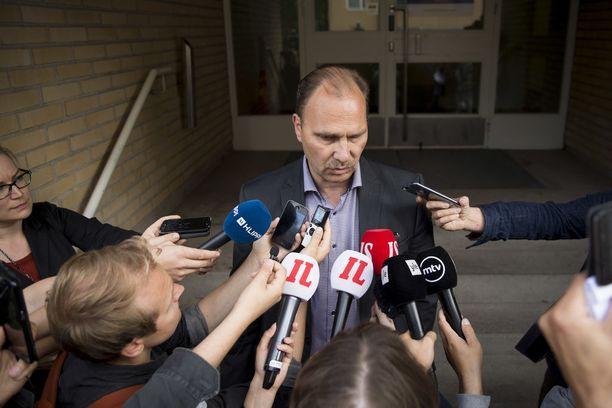 Keskusrikospoliisin rikoskomisario Olli Töyräs oli tiukassa paikassa tutkinnan aikana. Kuva epäiltyjen vangitsemisoikeudenkäynnin jälkeisestä tiedotustilaisuudesta viime vuoden elokuun lopulta.