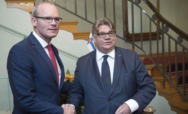 Suomi on kertonut tukevansa Irlantia brexit-neuvotteluissa. Kuvassa Irlannin ulkoministeri Simon Coveney ja Suomen ulkoministeri Timo Soini.