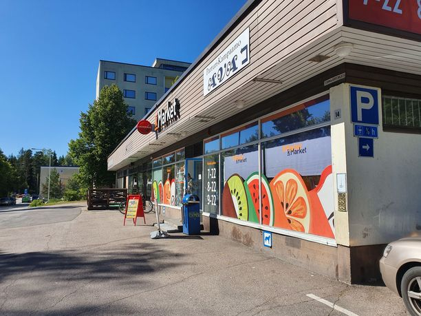 K-Market sijaitsee Tesomalla aivan suositun terassiravintolan vieressä.