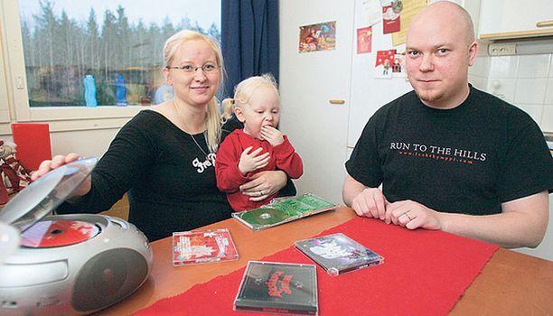 Koe-kuuntelijat Emilia, Sonja ja Teemu Korhonen pitivät Tilkkutäkkiä joululevyistä parhaiten lapsiperheelle sopivana.