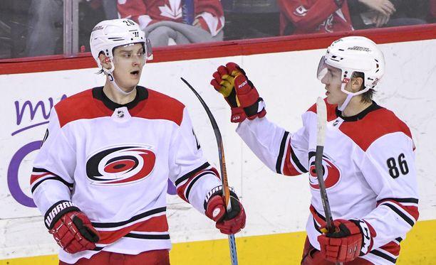 Sebastian Aho (vasemmalla) ja Teuvo Teräväinen pelasivat hienon kauden NHL:ssä. Nyt kaksikko on yhdessä myös Leijonissa.