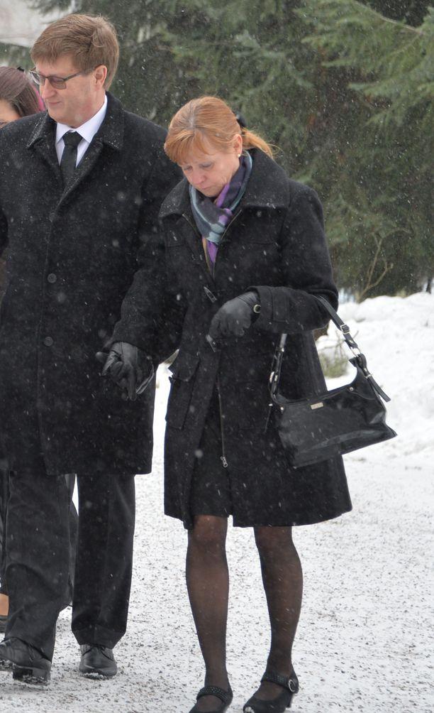 Tuija-sisko saapui saattamaan veljeään Matti Nykästä viimeiselle matkalle.