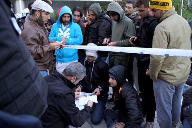 Turvapaikanhakijat osoittivat mieltään majoitusolosuhteitaan vastaan keskiviikkoiltana Oulussa.