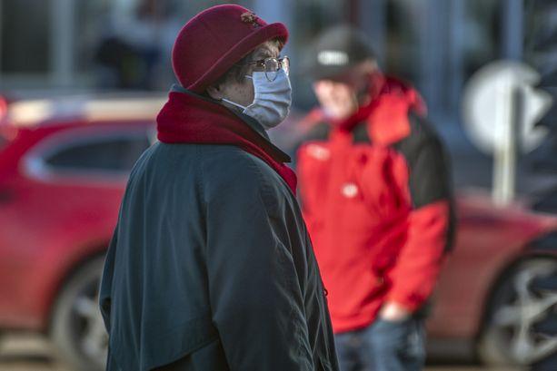 Kukaan ei tiedä tarkkaan, kuinka monta kertakäyttöistä kirurgista maskia Suomessa käytetään nyt yhden päivän aikana, mutta arvion mukaan niitä voi kulua joka päivä jopa noin 800000 kappaletta.