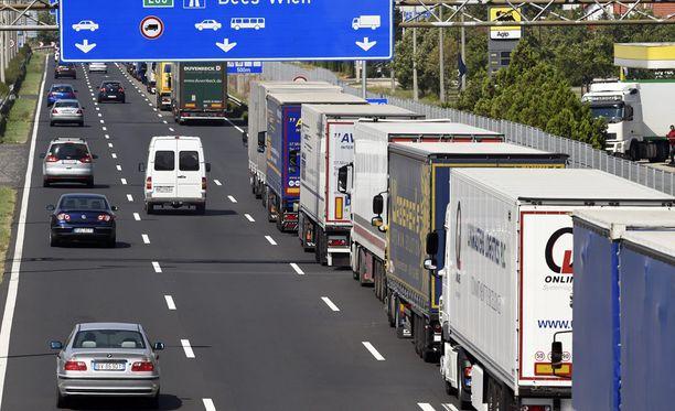 Jono Unkarin puolella on venynyt jo 20 kilometrin mittaiseksi. Poliisi tarkastaa kaikki ajoneuvot, joissa saatettaisiin salakuljettaa ihmisiä.