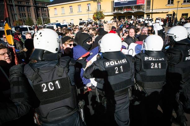 Osa rasismin vastustajista oli naamioinut kasvonsa, eikä olisi halunnut siirtyä torin toiselle puolelle. Syntyi pieni nujakka poliisin ja mielenosoittajien välillä. Poliisi joutui käyttämään voimaa mielenosoittajien siirtämisessä.