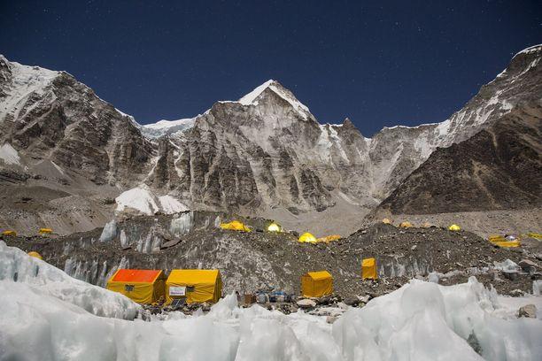 Kiipeilijöiden perusleiri noin 5 000 metrin korkeudessa.