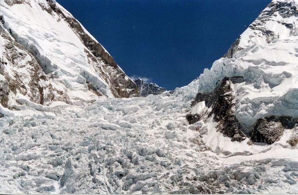 Nepalin puolelta vuorelle nousevien on ylitettävä Khumbun jäätikkö matkalla huipulle.