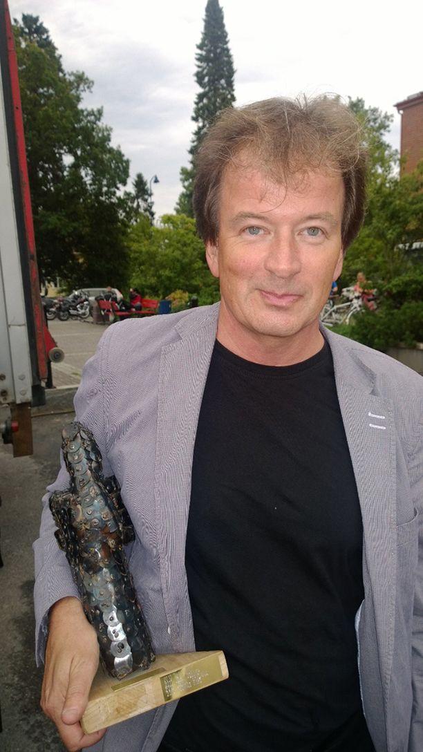 Kirjailija Kjell Westö palkittiin Viialassa vuoden vasenkätisenä. Miehen kesässä on suurta surua ja huumaavaa rakkautta.