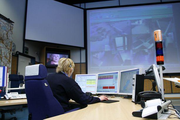 Hätäkeskuspäivystäjä kuuntelee sanottavan asian lisäksi soittajan äänensävyjä ja hengitystä sekä puhelun taustaääniä.